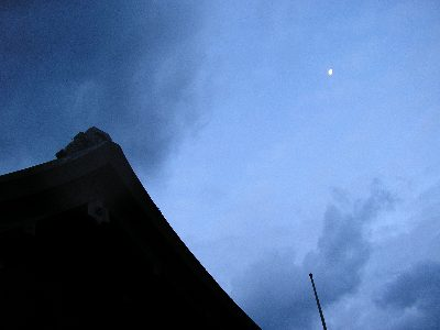 出雲大社と朝の月