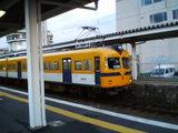 松江しんじ湖温泉駅で発車を待つ電車